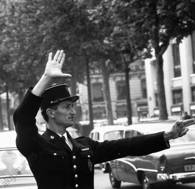 Verkehrspolizist in Paris / Foto 60er - France, Paris, traffic policeman / photo -