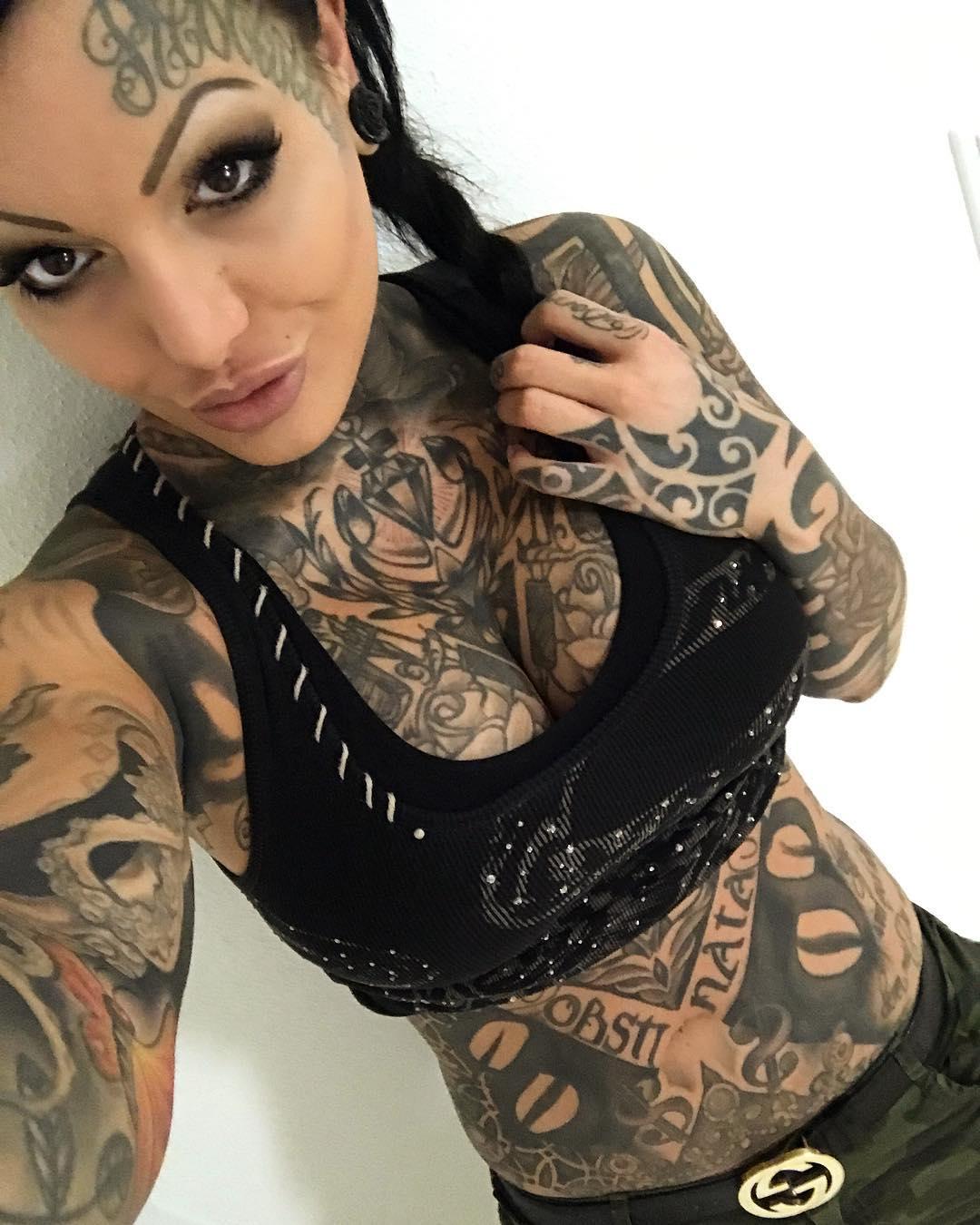 Татуированная немка