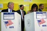 Кандидат в президенты США от республиканцев Дональд Трамп с супругой Меланией голосуют на участке для голосования №59 в Нью-Йорке, США, 8 ноября 2016 года. Фото: Carlo Allegri / Reuters