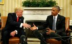 Новоизбранный президент США Дональд Трамп жмет руку президенту Бараку Обаме во время их встречи в Овальном зале Белого дома. Вашингтон, США, 9 ноября 2016 года. Фото: Kevin Lamarque / Reuters