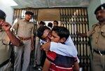 Мужчина, обвиняемый в причастности к беспорядкам в Гуджарате в 2002 году, обнимает своего сына перед входом в здание суда в Ахмедабаде, 2 июня 2016 года. Фото: Amit Dave / Reuters An accused in connection with a riot in Gujarat in 2002, hugs his son befo