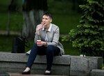 Украинская летчица Надежда Савченко курит и пьет кофе возле здания парламента в Киеве перед своим первым выступлением в парламенте после обмена заключенными между Россией и Украиной. Киев, Украина, 31 мая 2016 года. Фото: Gleb Garanich / Reuters Ukrainia