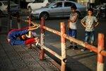 12-летний палестинский мальчик Мохамад аль-Шейх по прозвищу Человек-паук демонстрирует свои акробатические навыки на улице сектора Газа и надеется попасть в Книгу рекордов Гиннесса, 2 июня 2016 года. Фото: Mohammed Salem / Reuters        Palestinian boy