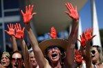 Демонстранты, протестующие против насилия над женщинами, идут по улице бразильской столицы Бразилиа, 29 мая 2016 года. Фото: Ueslei Marcelino / Reuters    Demonstrators attend a protest against rape and violence against women in Brasilia