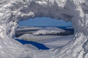 горный пейзаж через арку снега
