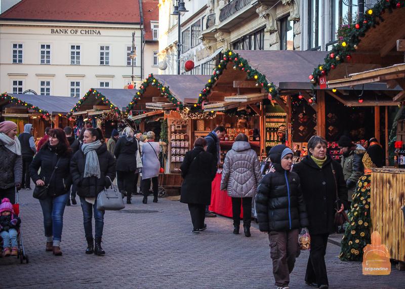 Павильоны рождественской ярмарки на Верешмарти