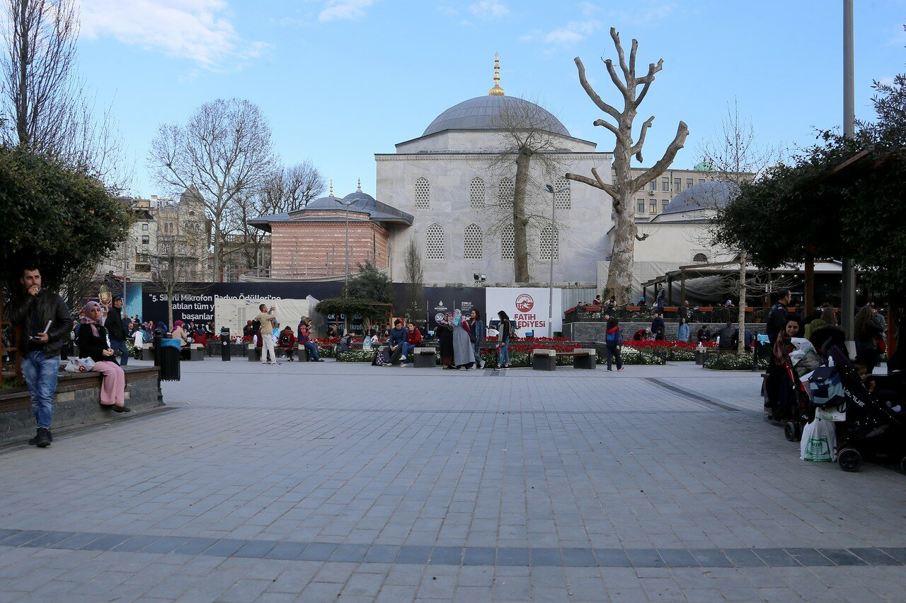 Istanbul. Square of the New mosque (Yeni Cami Meydani)