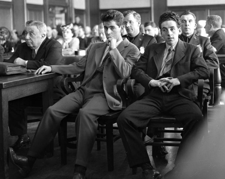 Обвиняемые в убийстве учителя ожидают решения судьи, 1942 год.