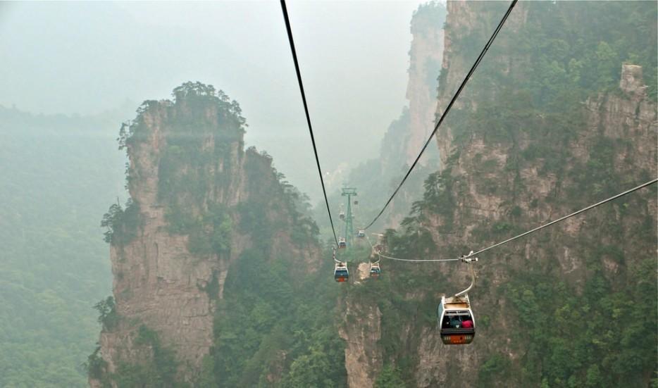 22. Путь веры — это стеклянный переход, построенный на горе Чжанцзяцзе Тяньмэнь высотой в 1432 м.