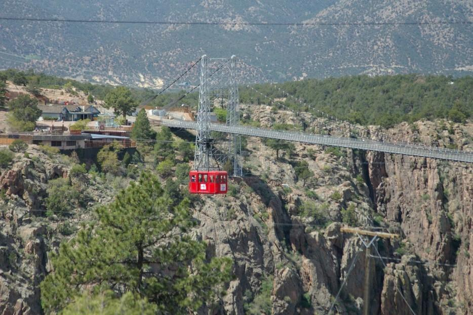56. Этот мост пересекает пропасть Ройал-Гордж на высоте 304 м, что делает его самым высоким мостом в