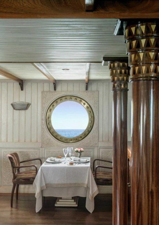 10. На судне есть и очаровательная столовая, где гости могут насладиться романтическим ужином.