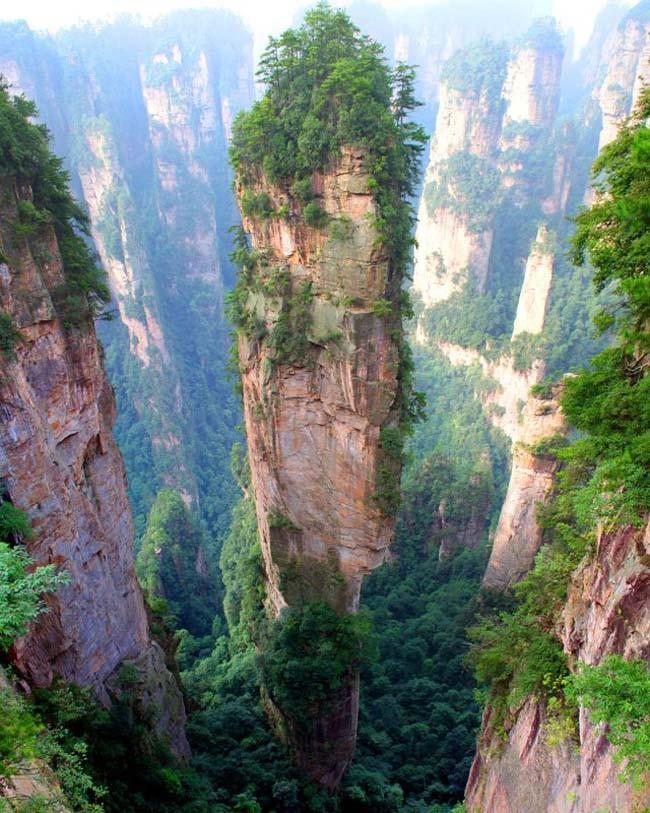 53. Поднимитесь на горы Тяньцзы — Китай Эти высокие горы-столбы настолько уникальные, что их снимали