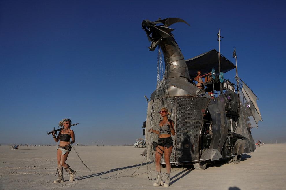 Многие участники Burning Man специально к фестивалю создают специальный фантастический тюнинг