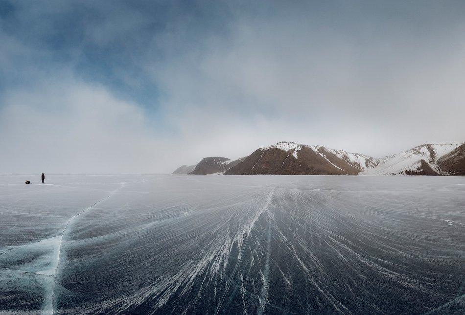 Поверхность льда теперь вся укрыта снегом. Недолго же мы видели чистейший лёд, наслаждались полётом