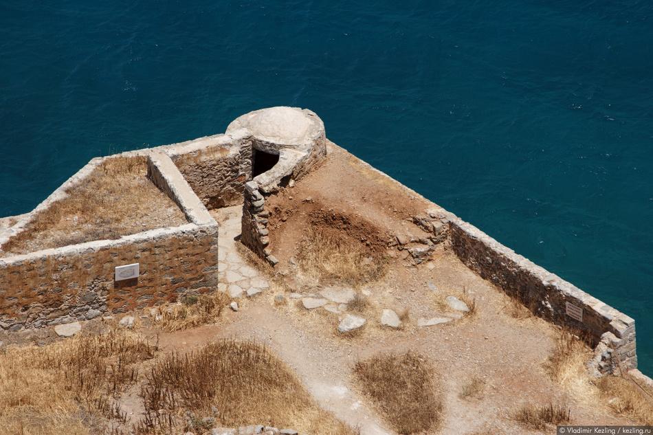 Крепость состояла из двух частей: крепостной стены, окружавшей остров по периметру вдоль побережья,