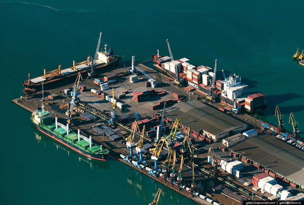 11. На 18 причал заходят крупные океанские контейнеровозы. Например в 2013 году причал принял судно-