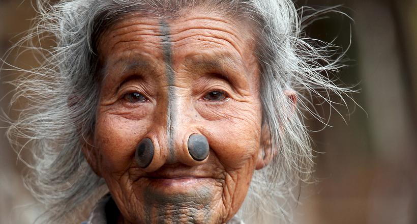 Почему женщин народа апатани заставили жить с пробками в носах