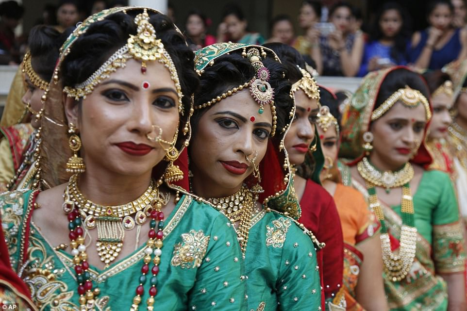 В этом году провести праздник магнату помог торговец недвижимостью Санджай Мовалия (Sanjay Movaliya)