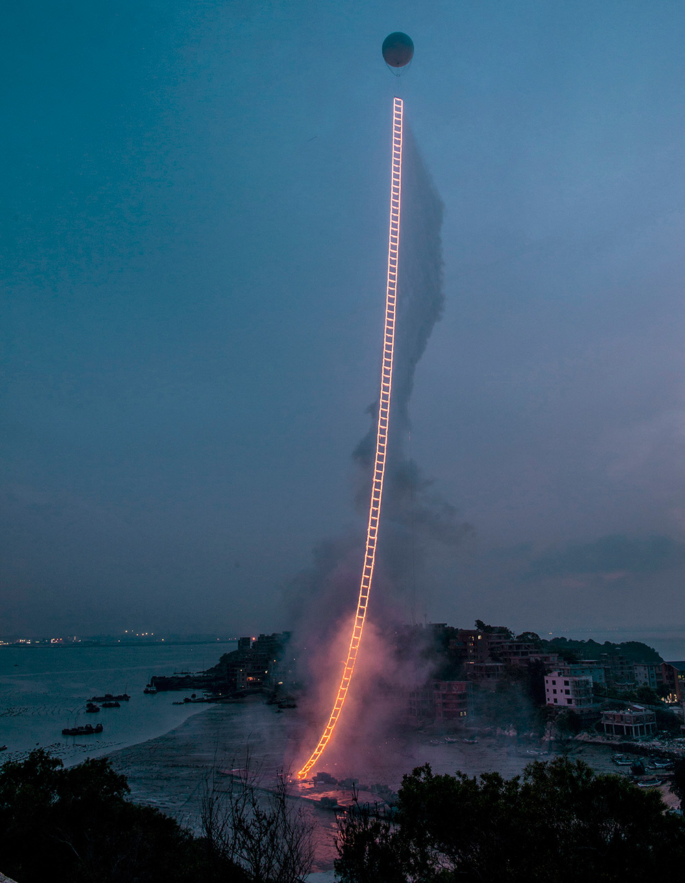 Artist Cai Guo­-Qiang Sends a 500-Meter Ladder of Fire into the Sky Above China (6 pics)
