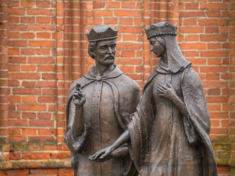 со статуей Петра и Февронии.