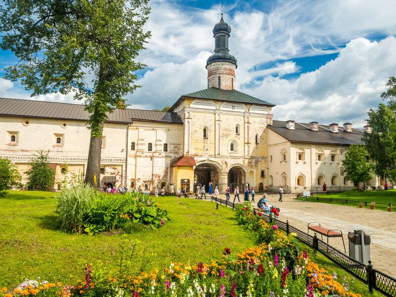 Святые врата и надвратная церковь Иоанна Лествичника.