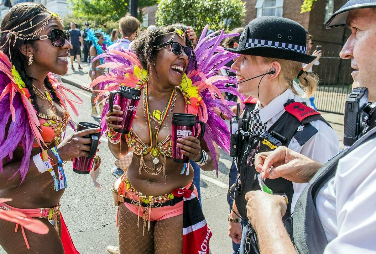 Давайте вместе веселиться: Британские полицейские и карнавальные танцорки