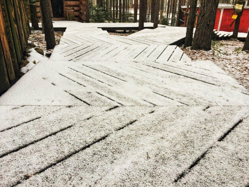 Пока в Питере еще все в желтой листве, в Карелии идет снег.