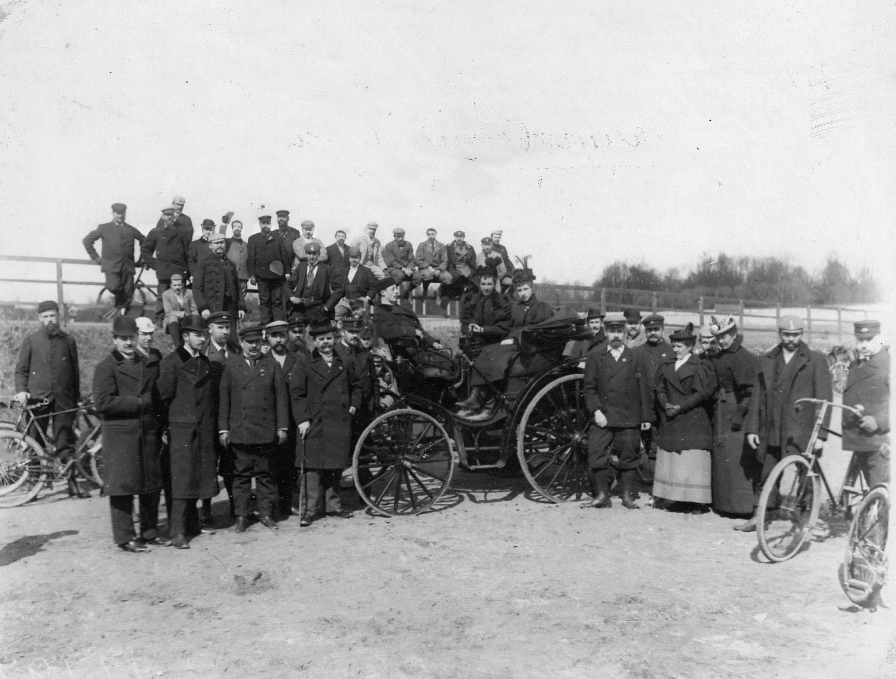 Группа членов Петербургского кружка велосипедистов-любителей
