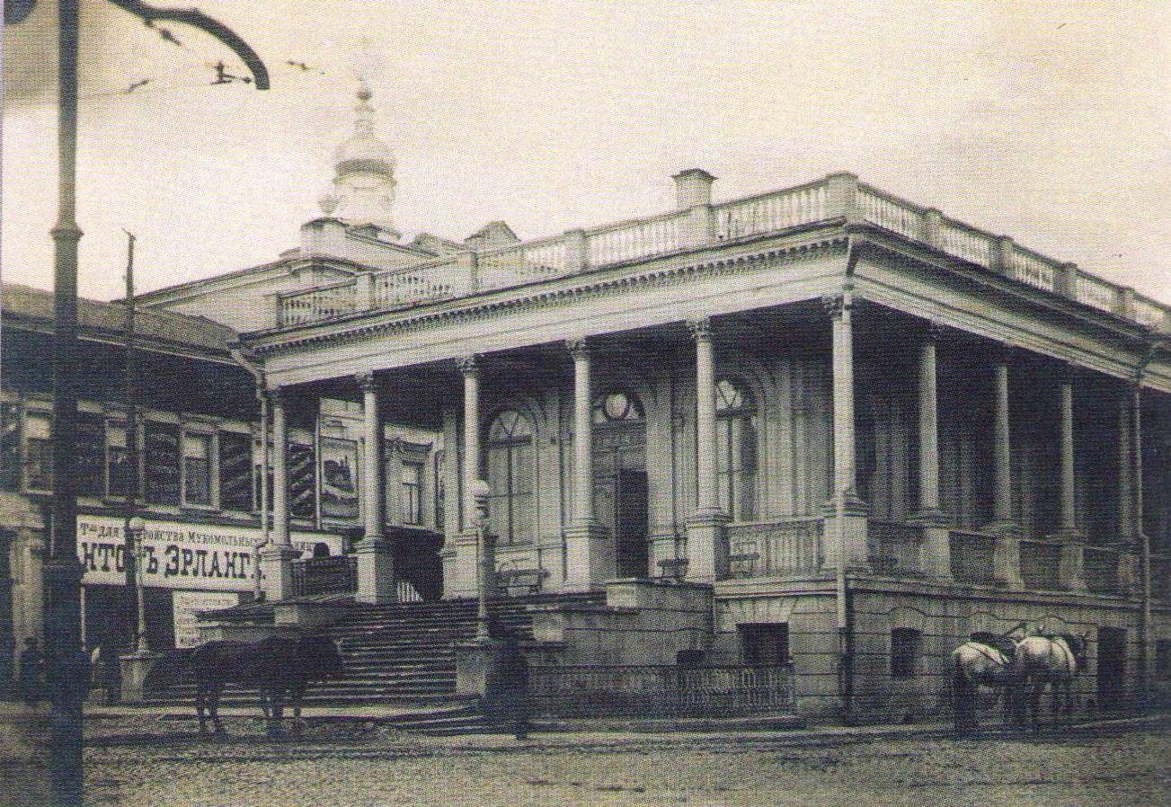 У здания Биржи на Николаевской площади