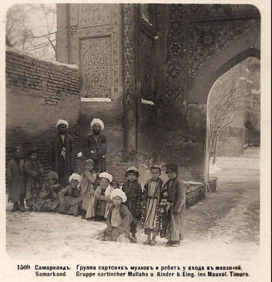 Группа сартских муллов и ребят у входа в мавзолей