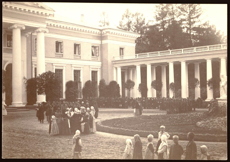 Крестьяне в парадном дворе в день праздника. На переднем плане группа крестьянских детей.1896