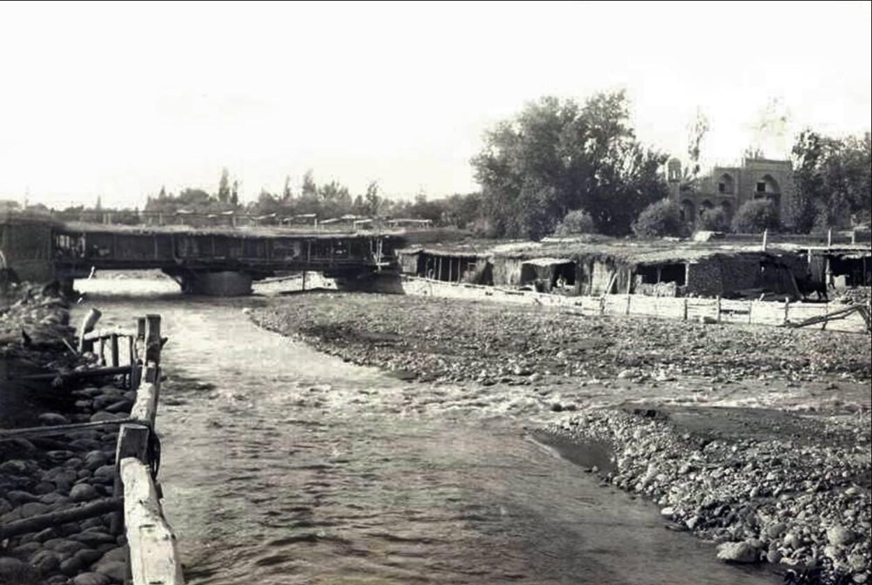 Постройки и мост через реку