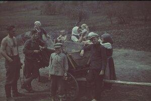 Немецкие солдаты с крестьянами позируют возле телеги