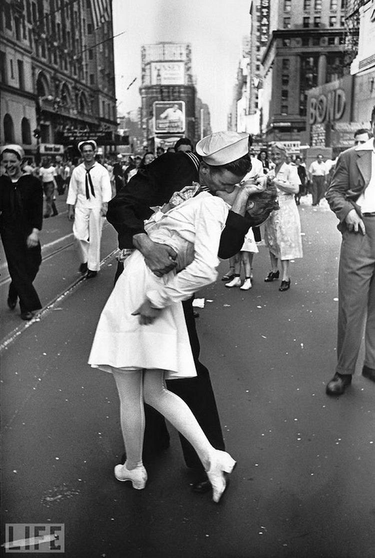 Автор фото: Альфред Эйзенштадт (Alfred Eisenstaedt), 1945. Одна из самых известных фотографий. Поцел