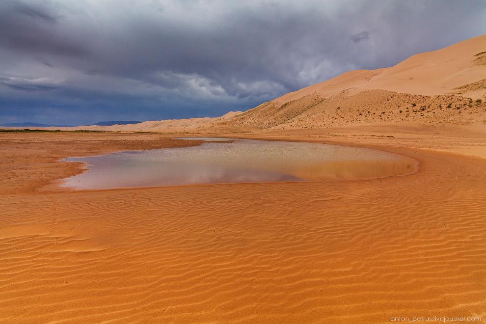 6. Контраст мокрого и сухого песка и свинцовых туч на горизонте. Сочетание дикое.