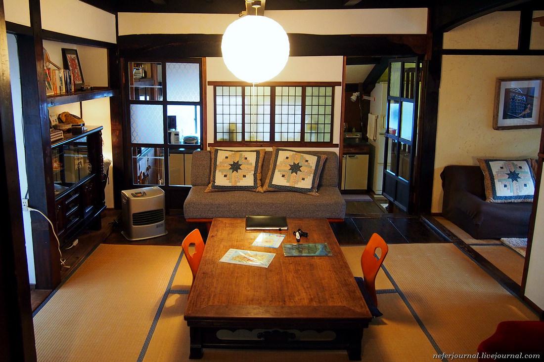 В гостиной соседствует европейский диван и японский стол на низких ножках. Плоская подушка называетс