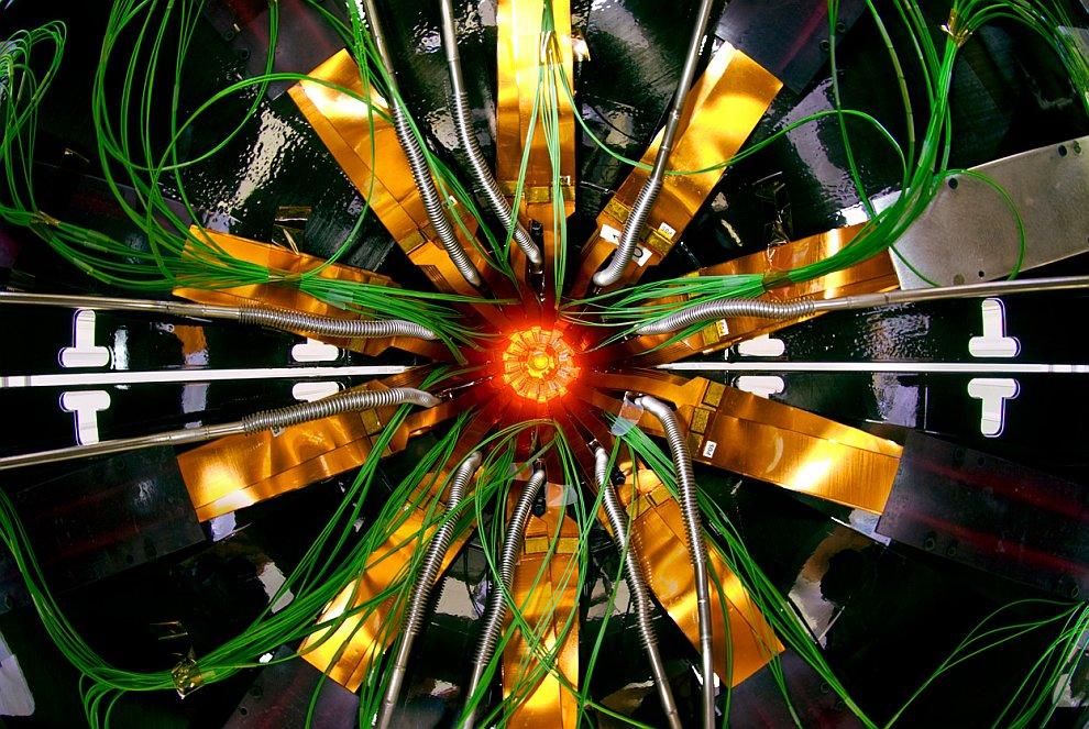 Официальный запуск коллайдера был произведен 10 сентября 2008 года. Данные, поступающие с Большого а