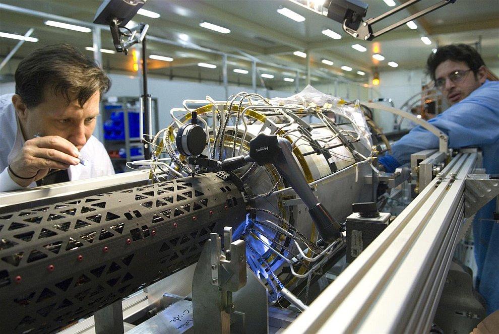 Фантастическая машина — Большой адронный коллайдер. На фотографии: универсальный детектор элементарн