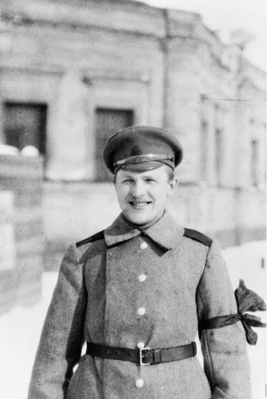 Солдат с красной повязкой на рукаве