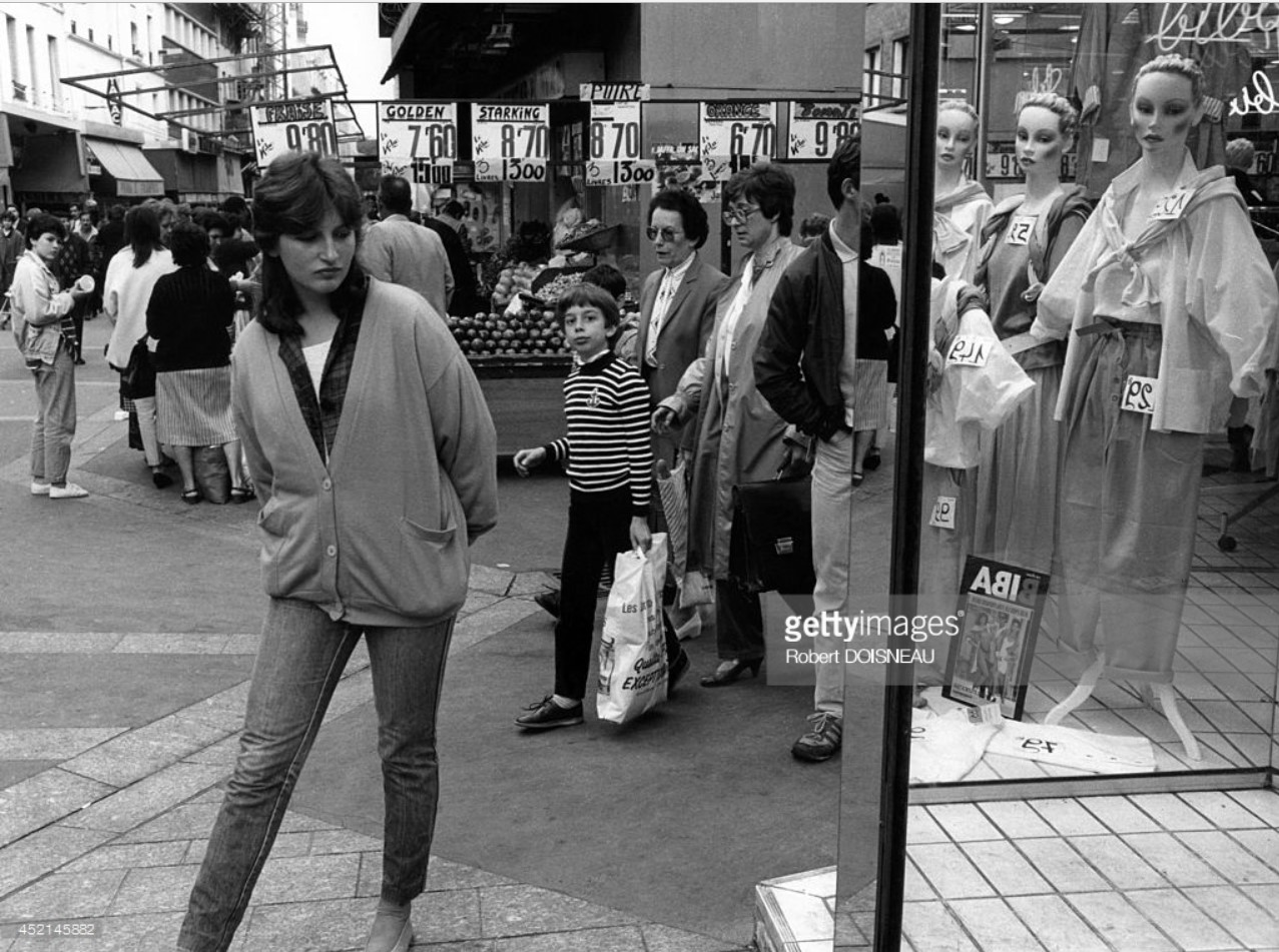 1986. Девушка перед витриной магазина, улица Республики в Сен-Дени