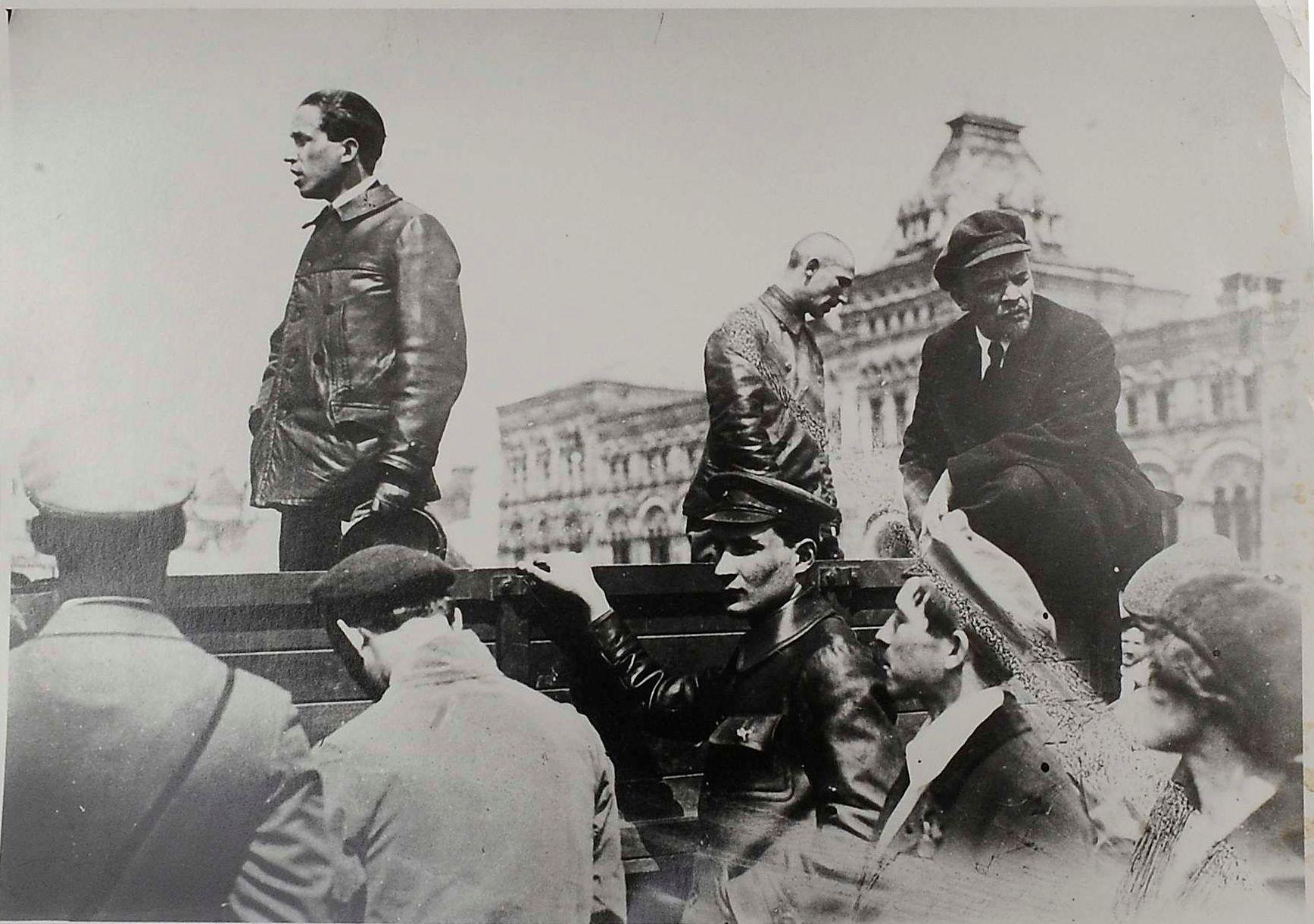 1919. Фото с председателем Совета Народных комиссаров В. И. Лениным перед выступлением во время парада частей Всевобуча на Красной площади в Москве 25 мая