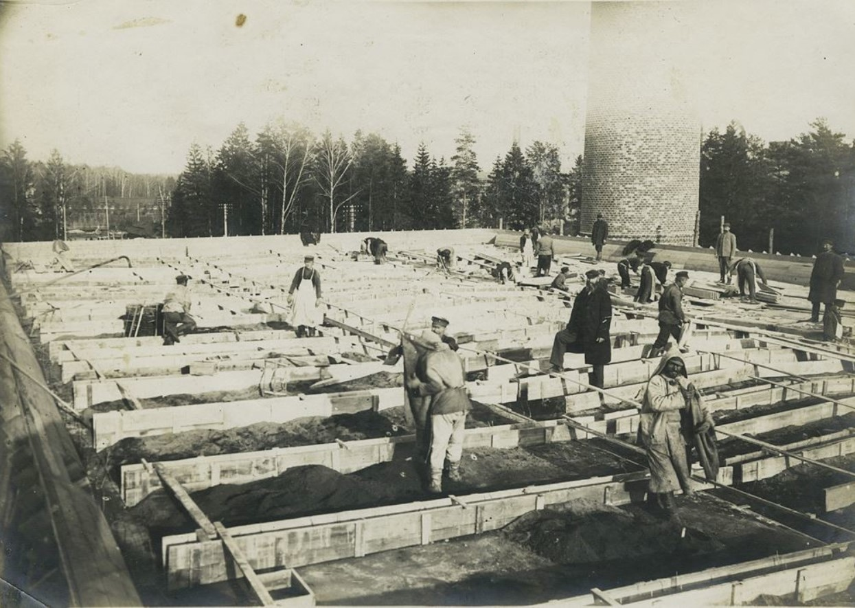 1907. Засыпка грунта на крышу Ново-ткацкой фабрики