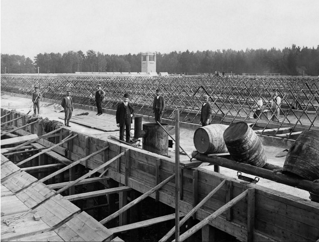1907. Строительство крыши корпуса