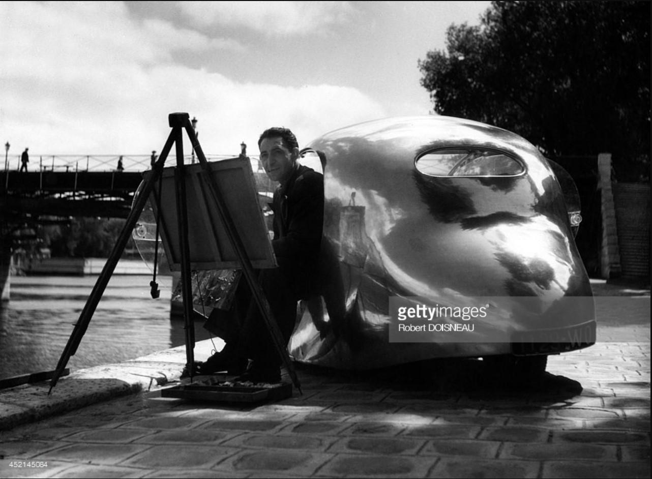 1944. Французский промышленный дизайнер Поль Арзенс и его машина «La Baleine»