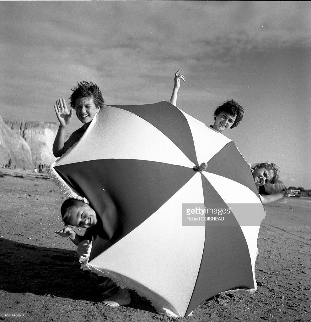 1956. Дети, играющие с пляжным зонтиком  в Пенестине