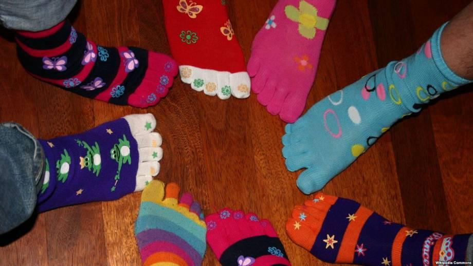 «Много носков»: украинцы флешмобом поддержали людей с синдромом Дауна