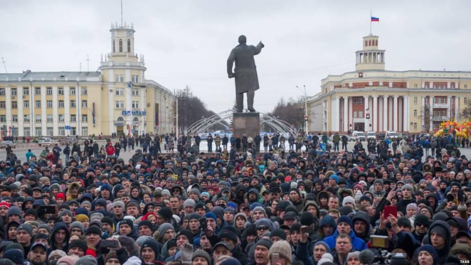 В Кемерове устроили стихийный митинг с требованием отставки властей после пожара в ТЦ