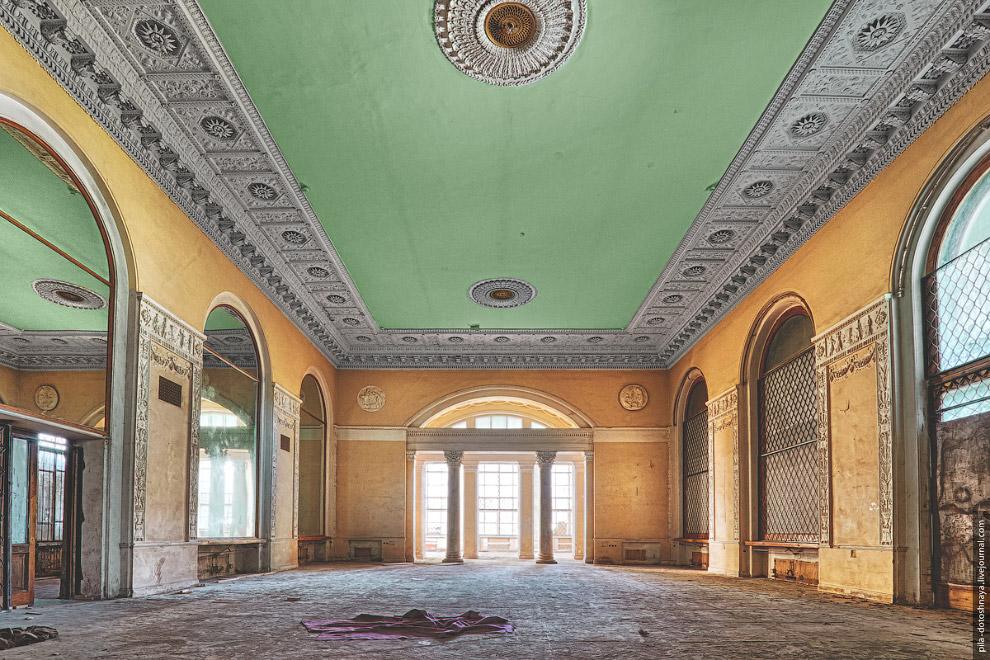 9. Богатые залы ресторана когда-то блистали хрусталем люстр и серебром зеркальных стен.