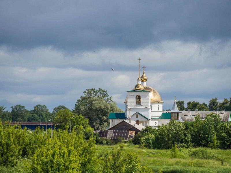 На левом берегу стоит Спасо-Казанский Симанский монастырь.