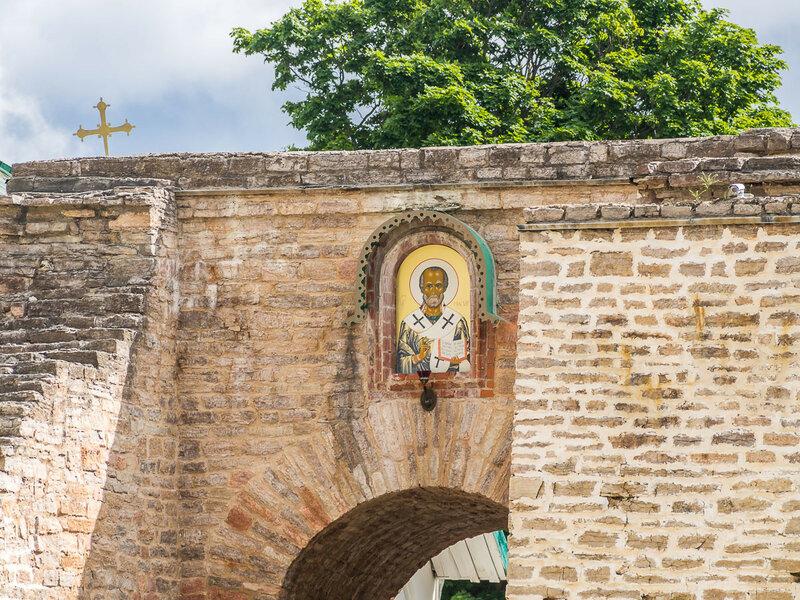 На страже ворот сам Николай Мирликийский.